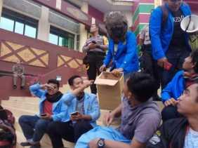 Pintu DPRD Riau Rusak, Mahasiswa Pendemo Galang Dana untuk Mengganti