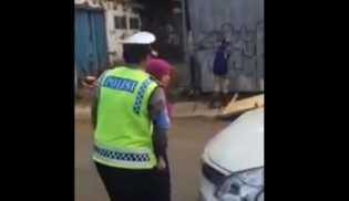 Video Wanita Mengamuk Lalu Cakari Polisi