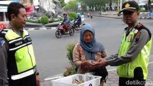 Penjual Sayur Temukan Uang Dalam Kantong Plastik Jutaan Rupiah