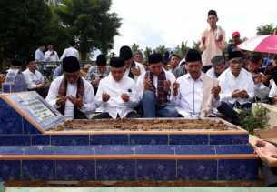 Gubernur dan Bupati Ziarah Kubur ke Makam Ibunda Walikota Pekanbaru