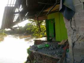 Luapan Sungai Citarum Akibatkan Tiga Rumah Digerus Longsor
