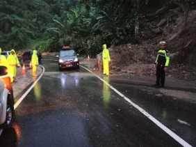 Tidak Ada Pengalihan Arus, Jalan Lintas Riau - Sumbar sudah Bisa Dilewati Pasca Longsor di 50 Kota,