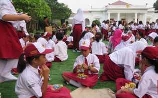 Tommy Soeharto: Anak Sekolah Tak Perlu Seragam dan Buku Lagi
