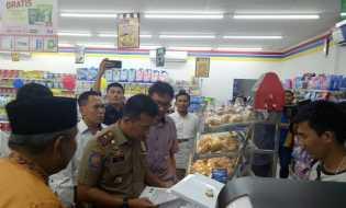 Satpol PP Pekanbaru Tutup Paksa Indomaret Jalan Sumatera