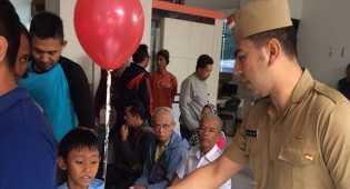 Pegawai Samsat Bekasi berpakaian ala pejuang