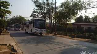 Ratusan Bonek di Stadion Tugu Diantar ke Stasiun Senen Pakai Bus Polisi