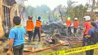 2 Rumah dan 1 Mobil Warga Rumbai Pesisir Pekanbaru Ludes Dilahap Api