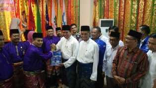 Ribuan Massa Antarkan Firdaus-Ayat ke KPU Pekanbaru