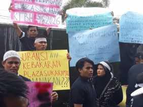 Ratusan Pedagang Pasar Plaza Sukaramai Demo di Pengadilan Negeri Pekanbaru