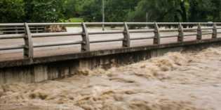 Dua Pengendara Sepeda Motor Terseret Banjir di Jembatan Besi Koja