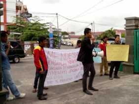 Aliansi Pemuda Teriakan Nama Irwan Nasir di PN Pekanbaru