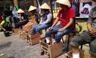 Lima Pendemo Lakukan Aksi Semen Kaki di Pekanbaru