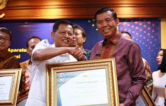 Firdaus Terima Penghargaan dari Kementerian PAN-RB