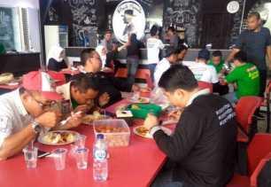 Usai Konvoi Kampanye Damai, LE-Hardianto Sarapan Bersama di Posko Pemenangan