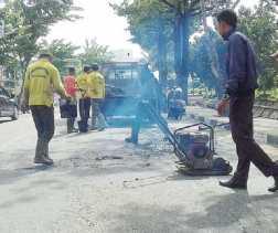 Jalan Rusak di Parit Indah Pekanbaru Diperbaiki