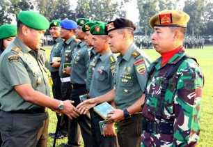 Jelang Pilkada Serentak 2018, Pangdam I/BB Bagi Buku Netralitas TNI kepada Prajurit