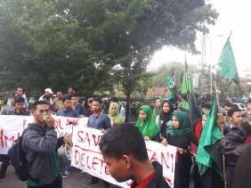 Ups.. Mahasiswa HMI UIR Berikan Kartu Merah untuk Presiden Jokowi