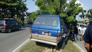 Pecah Ban, Mobil Isuzu Panther Naik ke Pembatas Jalan Tuanku Tambusai Pekanbaru