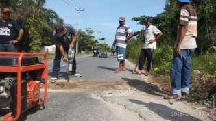 Dewan : Pemerintah Mesti Malu, Jalan Pesantren Diperbaiki Warga