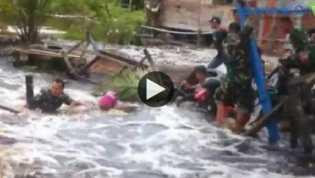 Video Detik-detik Anggota TNI Jatuh dan Terseret Arus Banjir saat Bantu Warga Korban Banjir