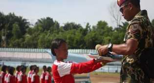 Siswi Cilik Bersiap Kibarkan Merah Putih di Perbatasan Indonesia