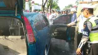 Mobil Dikemudikan Seorang Wanita Terbakar di Jalan Parit Indah