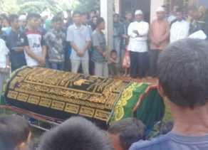 Tahanan Polres Kampar Meninggal, Jenazah dikuburkan Di Depan Mesjid Jami` Desa Muara Uwai