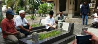 Syamsuar Ziarah dan Berdoa di Makam Sultan Kerajaan Siak dan Datuknya di Komplek Makam Mahrum Pekan