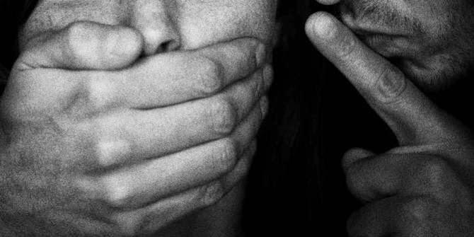 Duh, Istri Tangkap Basah Suami Sedang Cabuli Anak Tirinya Berusia 13 Tahun Sambil Nonton Tv