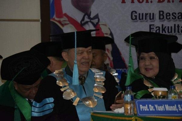 Dikukuhkan Jadi Guru Besar Fisipol UIR, Yusri Munaf Teteskan Air Mata