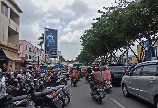 Akibat Parkir Hingga 3 Lapis, Jalan Sudirman Macet Parah