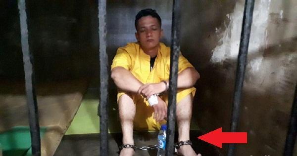 Oknum TNI yang Memukul Polantas Pekanbaru Itu Kini Dirantai di Dalam Sel, Ini Fotonya.
