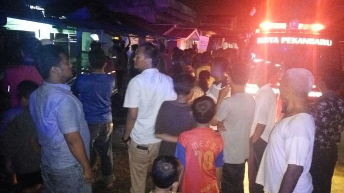 Api Lilin Sambar Bensin, Satu Rumah di Gading Marpoyan Pandau Ludes Terbakar