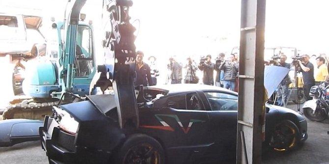 VIDEO : Mobil Lamborghini Seharga Rp. 4,5 M Dihancurkan, Ini Penyebabnya